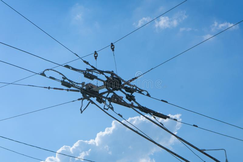 Надземная цепная линия, часть надземной линии оборудования автобуса города пассажира электрического Система наэлектризованности стоковые фотографии rf