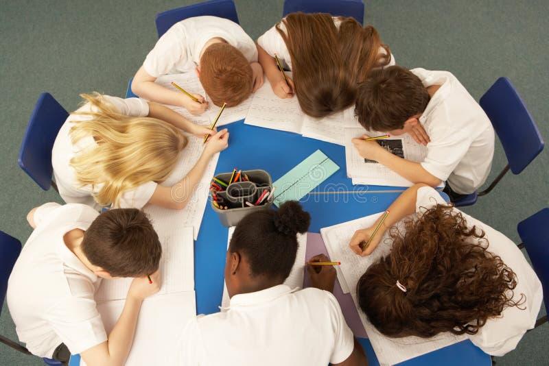 надземные ребенокы школьного возраста совместно осматривают работу стоковые фотографии rf