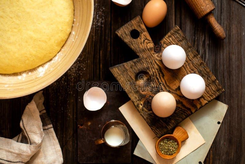 Надземные снятые яйца в деревянной стойке яйца с раковинами, бамбуковом шаре стоковые изображения