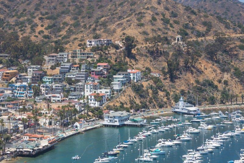 Надземный взгляд залива гавани Avalon с казино, яхт-клуб, парусники и яхты на острове Санты Каталины отдыхают в Калифорнии стоковые изображения