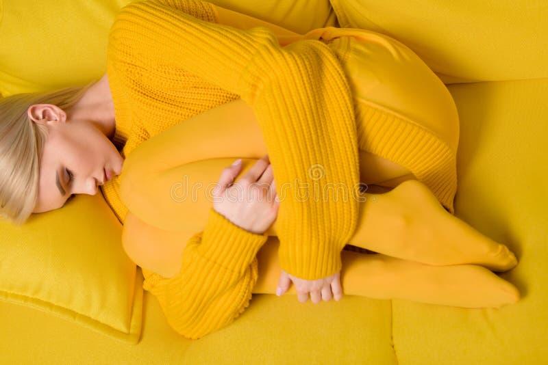 надземный взгляд молодой белокурой женщины стоковая фотография rf
