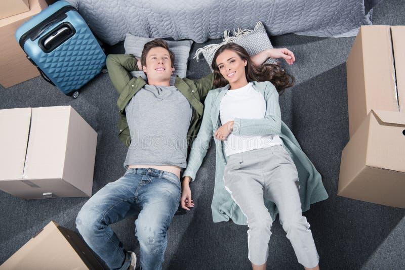надземный взгляд молодых пар отдыхая на поле в спальне стоковые фото