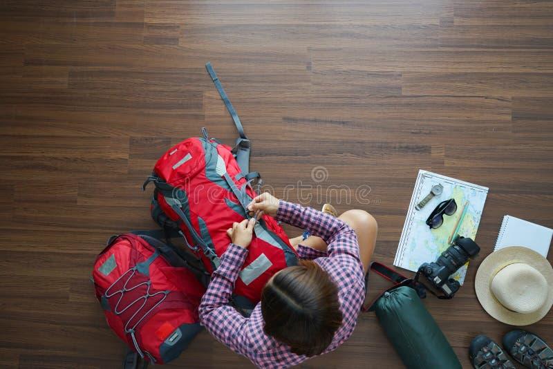 Надземный взгляд плана женщины путешественника и планирования рюкзака стоковое фото