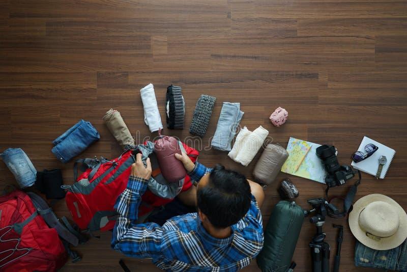 Надземный взгляд плана человека путешественника и планирования рюкзака стоковое изображение rf