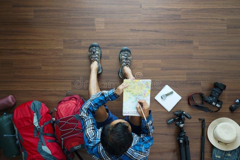 Надземный взгляд плана человека путешественника и планирования рюкзака стоковая фотография