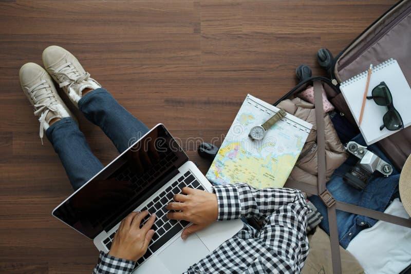 Надземный взгляд портативного компьютера женщины путешественника работая стоковые фотографии rf
