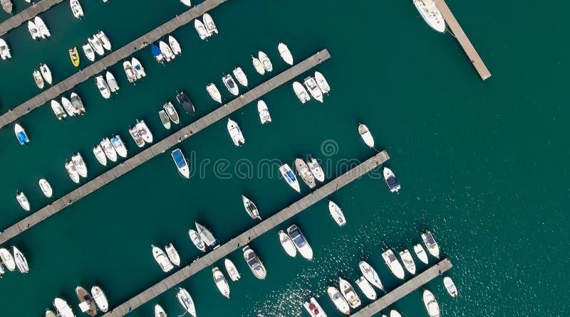 Надземный взгляд состыкованных шлюпок в порте стоковое изображение