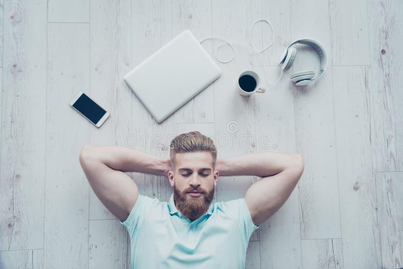 Надземный взгляд спокойного человека в вскользь одежде лежа на поле стоковая фотография