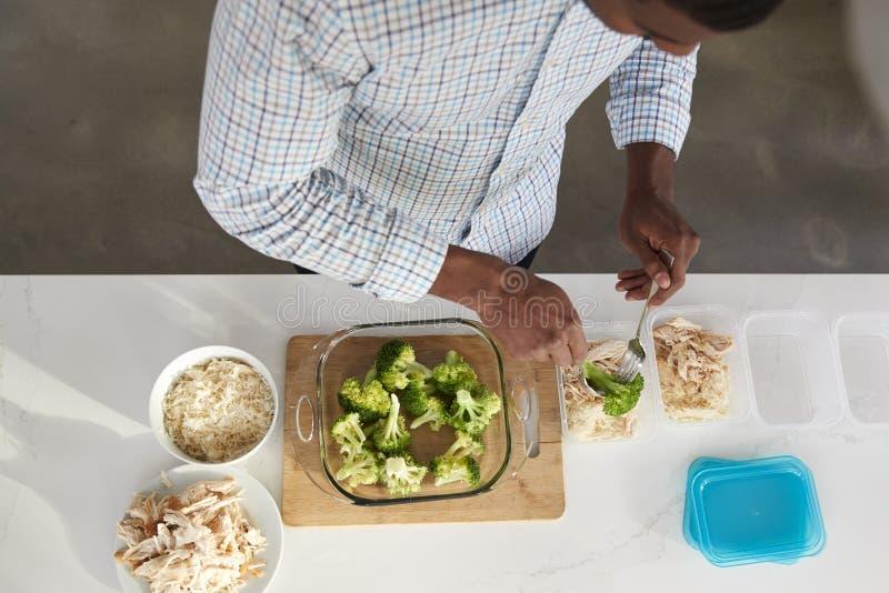Надземный взгляд человека в кухне подготавливая высоко- еду протеина стоковые изображения