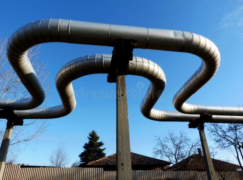Надземный трубопровод топления района с петлей расширения стоковое изображение rf