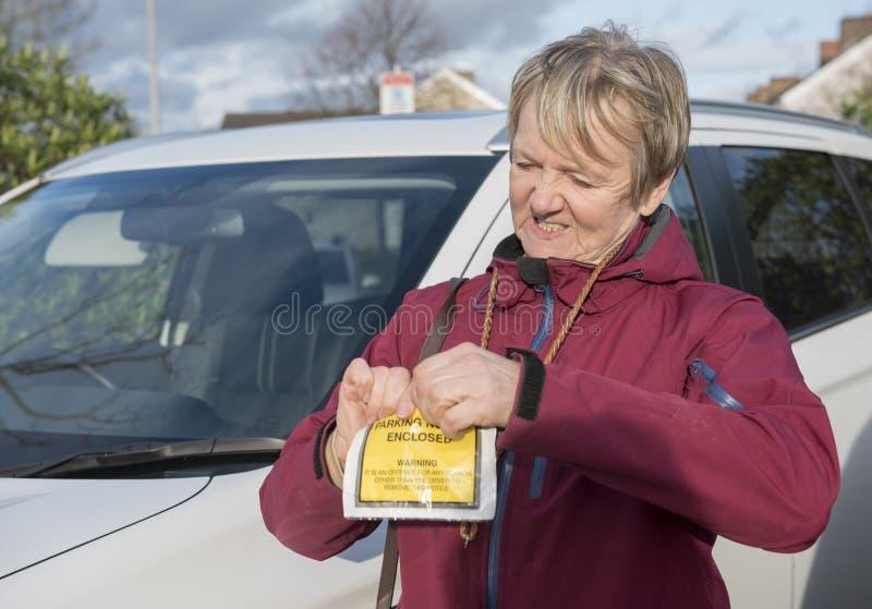 Надоеданная зрелая женщина рвя вверх билет стоковые фото