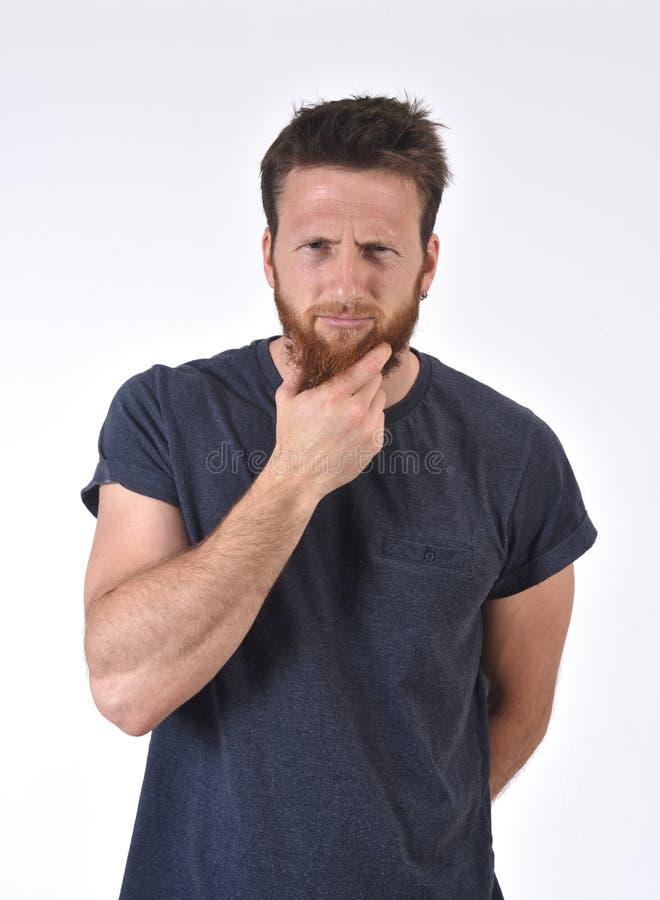 Надоеданный и задумчивый человек на белой предпосылке стоковое изображение