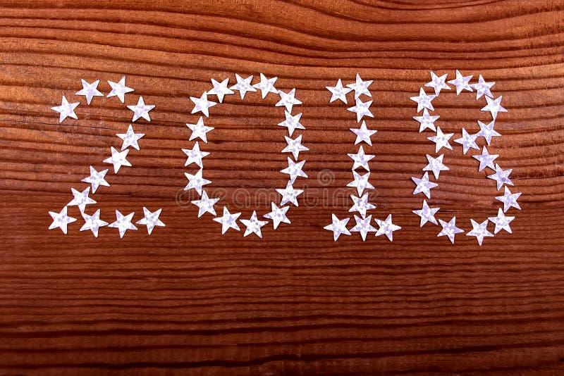 надпись 2018 играет главные роли на деревянной предпосылке, рождестве, Новом Годе, две тысячи 18 стоковая фотография rf