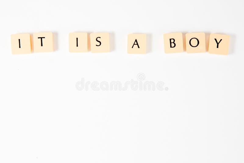 Надпись ИТ скрэббл МАЛЬЧИК - на белой предпосылке стоковое изображение