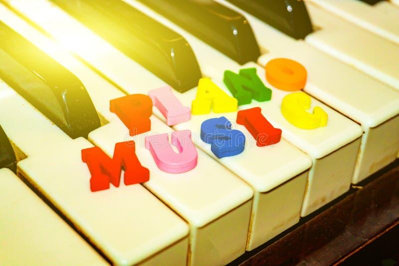 Надпись на ключах рояля в пестротканых письмах, музыки рояля стоковые фотографии rf