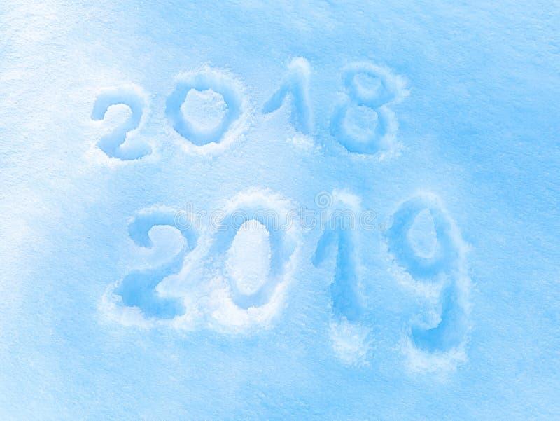 Надпись 2018 2019 на снеге, символ Нового Года стоковая фотография