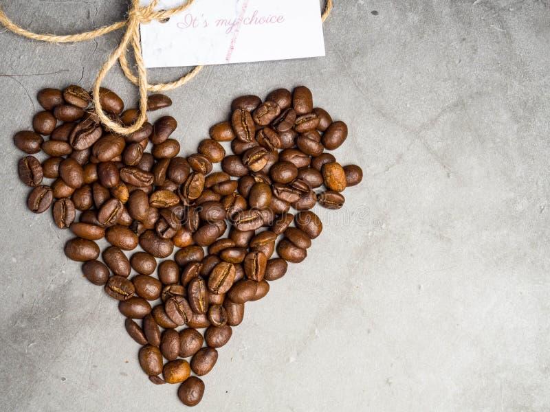 """Надпись оно \ """"s мой выбор с символом сердца сделанным из зажаренных в духовке кофейных зерен стоковое изображение"""