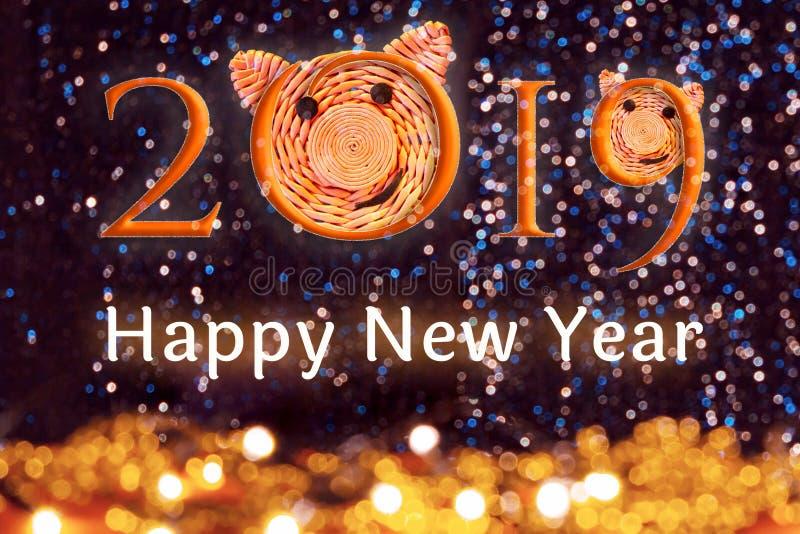 Надпись 2019 со сторонами свиней, символом 2019 на китайском гороскопе и текстом С Новым Годом! против красивого стоковое фото rf