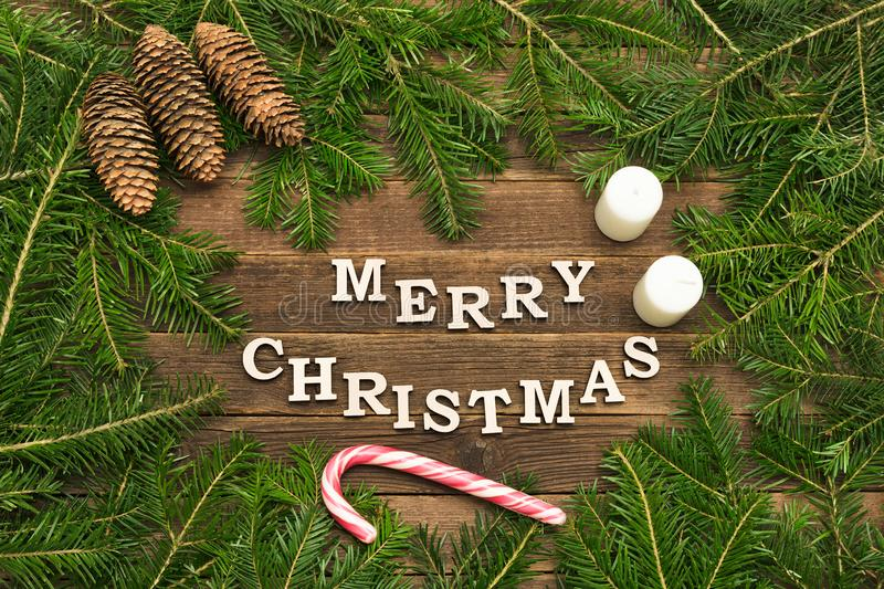 Надпись с Рождеством Христовым на деревянной предпосылке Рамка ели стоковые фото