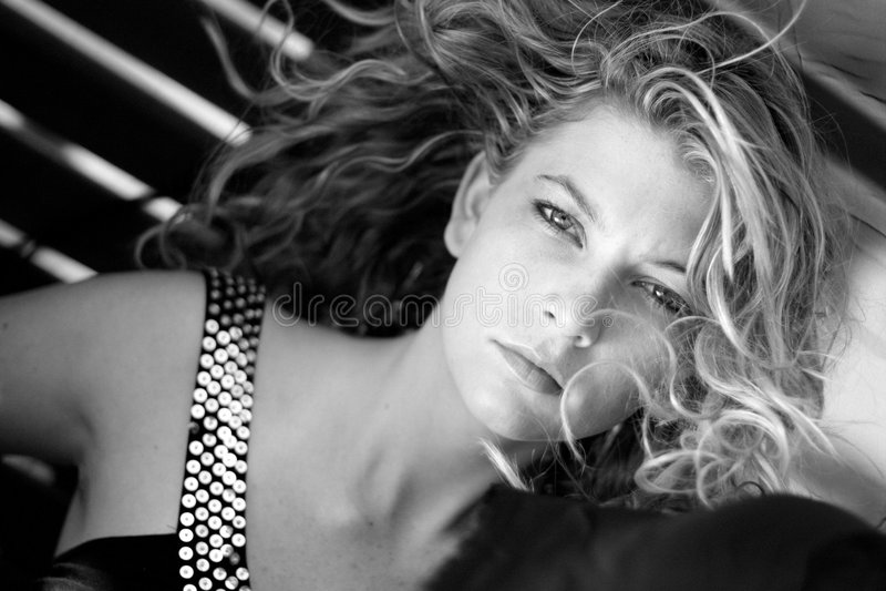 надутая женщина ветра стоковое изображение