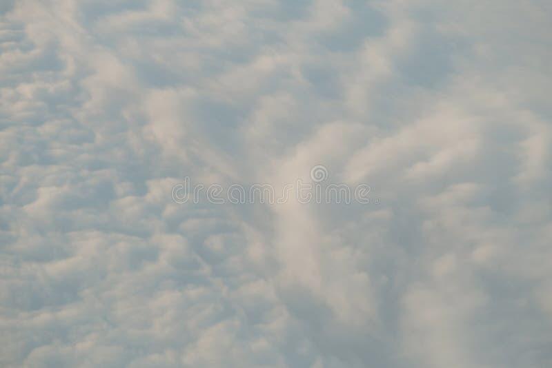 Над белой предпосылкой облака естественной стоковое фото rf