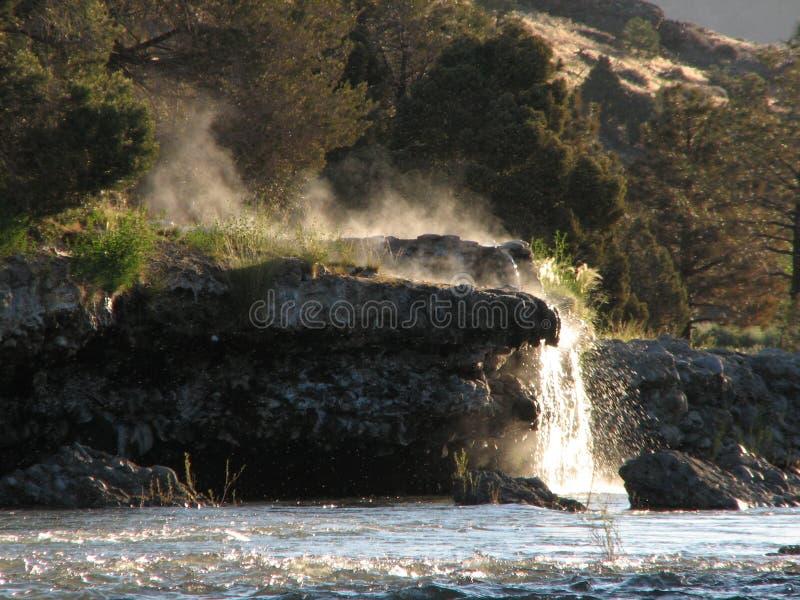 над веснами реки банка горячими естественными стоковое изображение