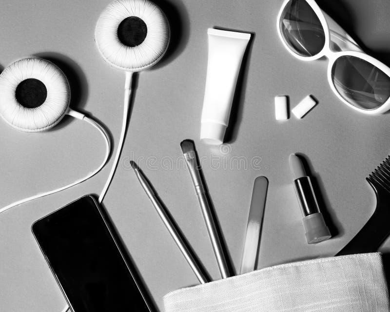 Над взглядом вещества сумки женщины Комплект женских косметик и аксессуаров Инструменты очарования и объекты красоты стоковое фото