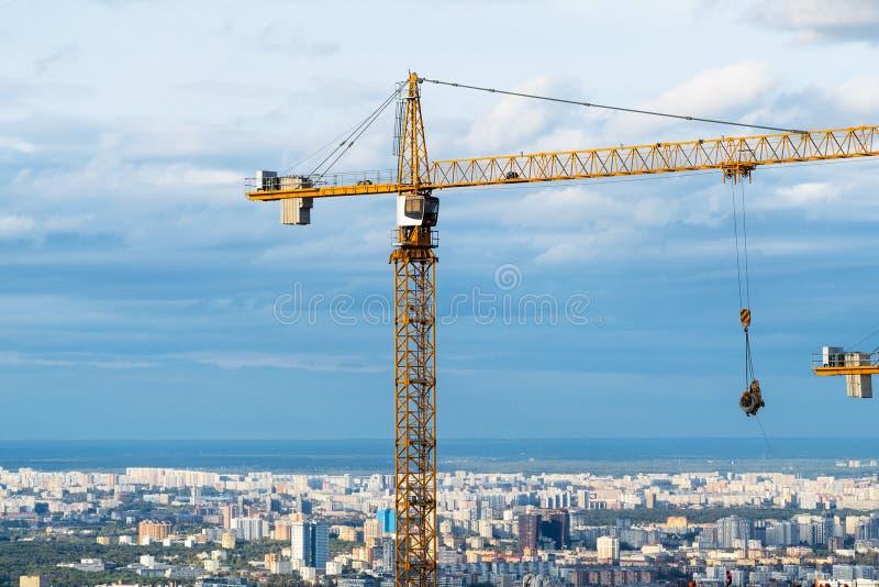 Над взглядом высокорослого крана над городом Москвы стоковые изображения