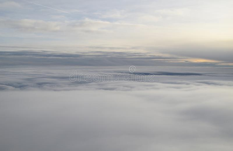над взглядом облаков Смотреть через окно самолета стоковое фото