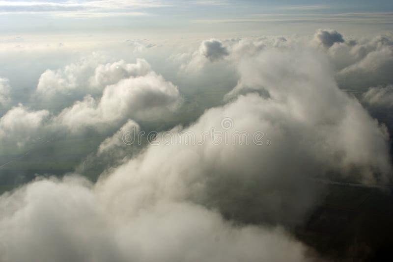 над воздушными облаками стоковые изображения