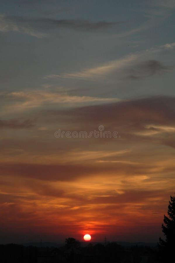 над городком захода солнца стоковая фотография