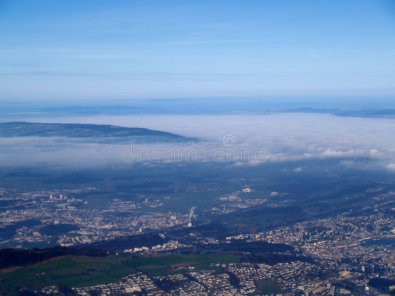 над городом высоким стоковая фотография
