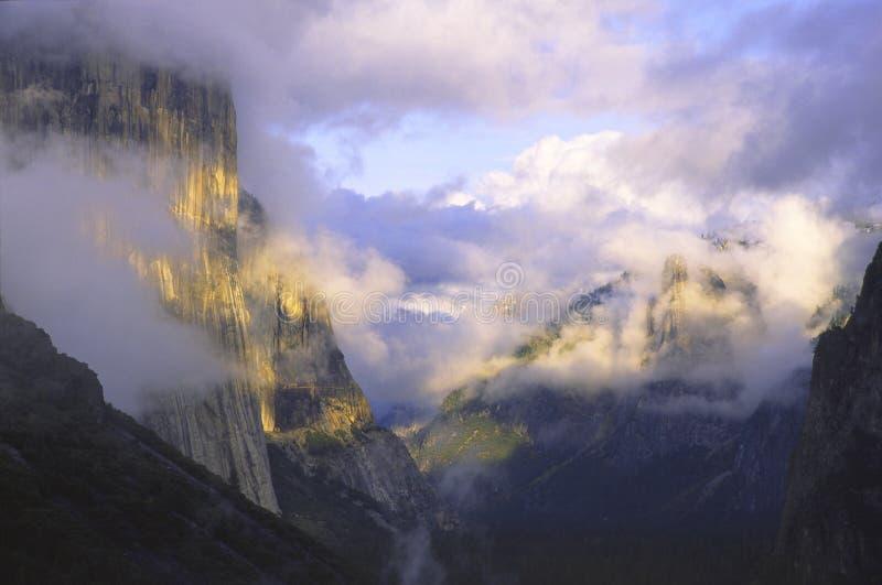 над долиной yosemite шторма стоковая фотография rf