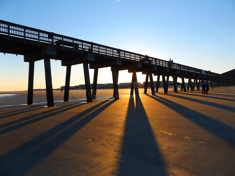 над заходом солнца пристани стоковая фотография