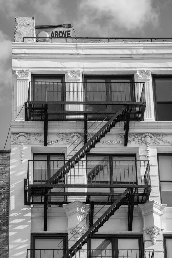 Над знаком и белым зданием в более низком Ист - Сайде, Манхэттен, Нью-Йорк стоковые изображения