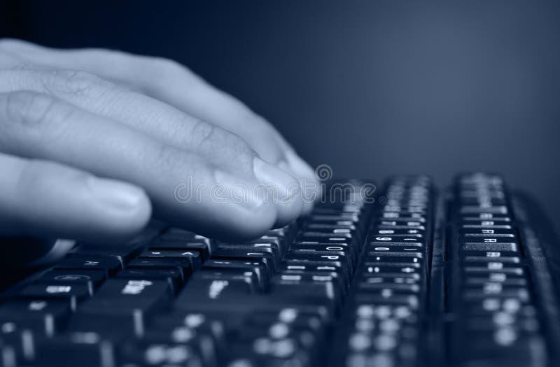 над клавиатурой рук стоковые фото