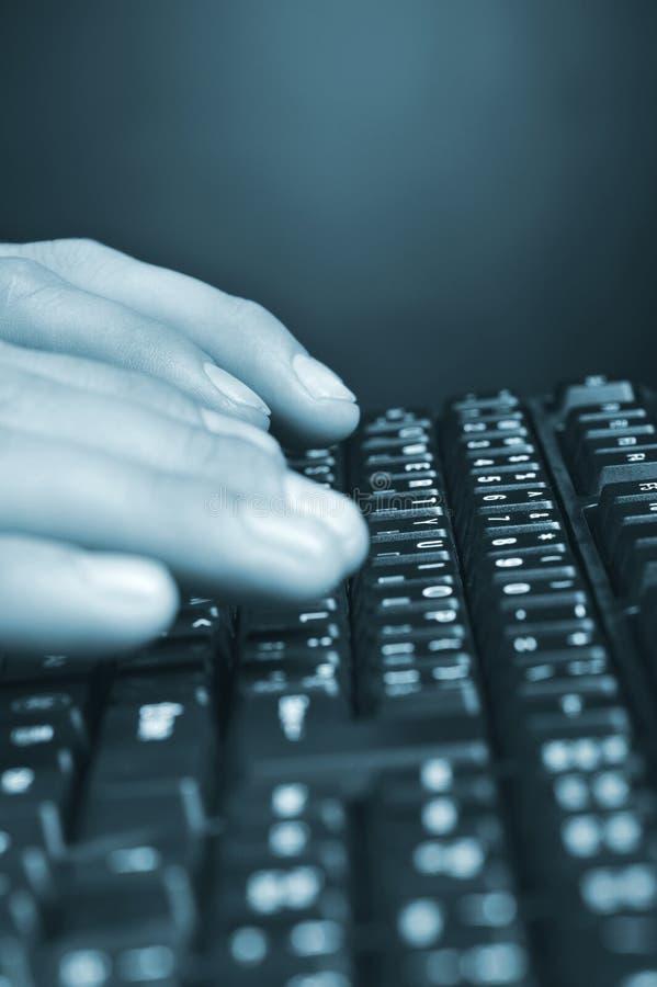 над клавиатурой рук стоковое изображение