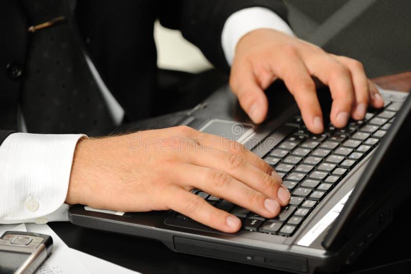над компьтер-книжкой клавиатуры рук стоковая фотография rf