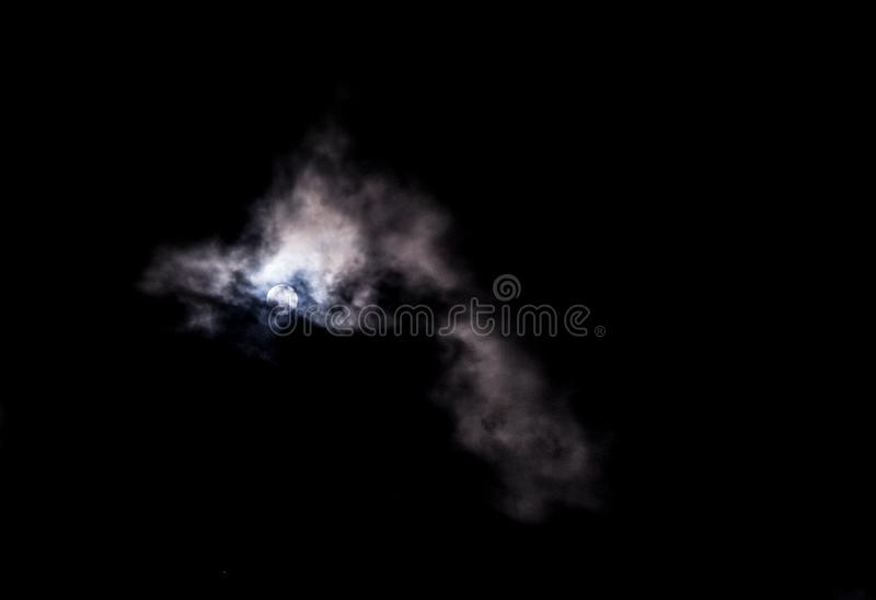 над луной компьютера облаков ноча обрабатывала небо играет главные роли они стоковые фотографии rf