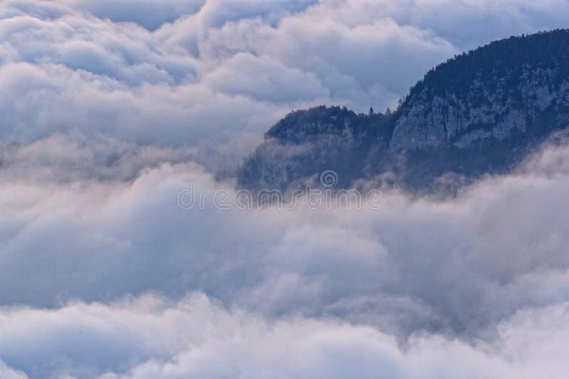 Над морем облаков, Bauges, французские Альп стоковые фотографии rf