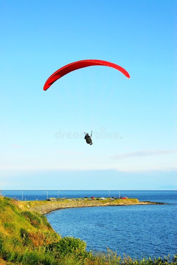 над морем парашюта летания стоковые изображения