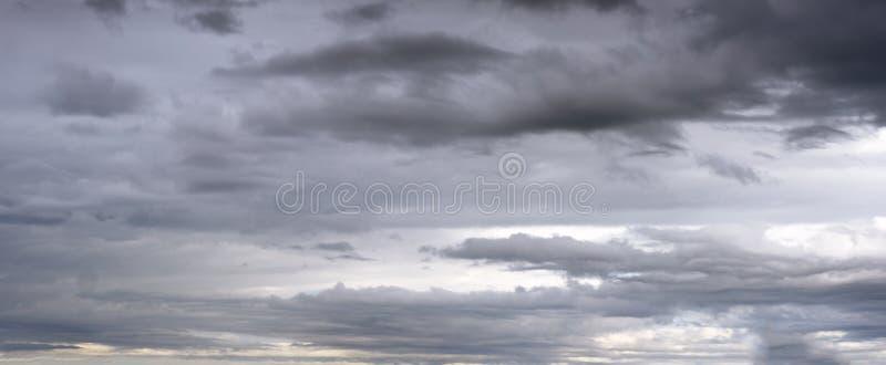 Над небом на фоне облаков стоковые фотографии rf