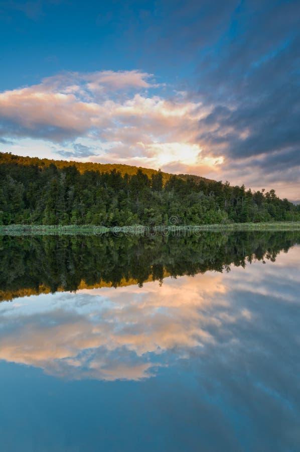 Download над озера утра ветром восхода солнца все еще Стоковое Изображение - изображение насчитывающей гора, природа: 18376131