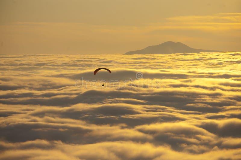над парапланом облаков стоковое фото rf