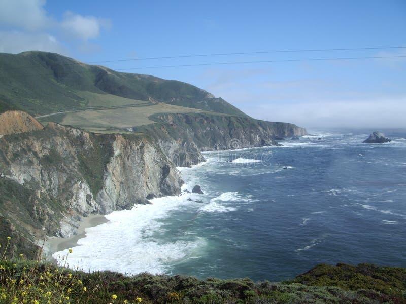 над прибрежными волнами высокой дороги стоковое фото