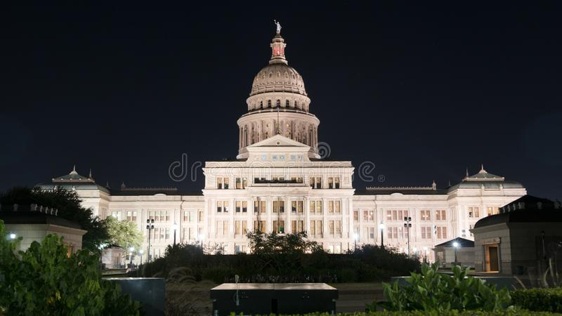 Над столицей государства Техаса ландшафта земель ночи строя Остин стоковые фотографии rf