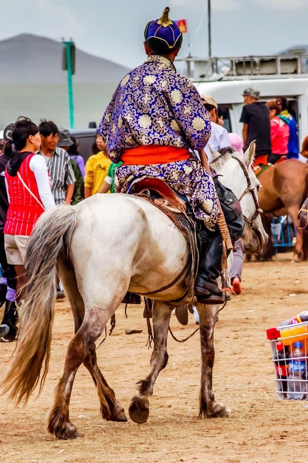 Наездник в традиционном deel, скачках Nadaam, Монголии стоковое изображение rf
