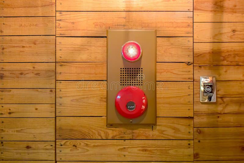 Нажимая пожарная сигнализация на стене затем стоковые фотографии rf