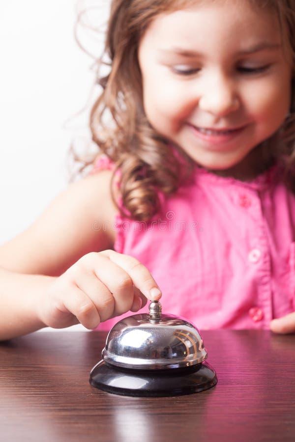 Нажим девушки на колоколе стоковые изображения rf