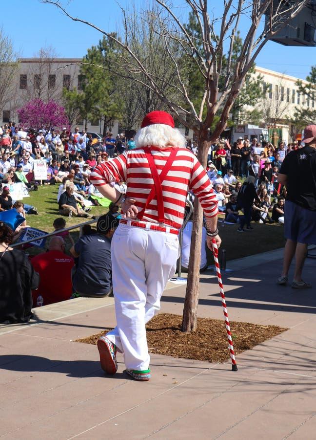 Назад белого с волосами человека с яркой красными и белыми одеждой и тросточкой на Tulsa -го марте на всю жизнь Оклахоме США 3 24 стоковые фото